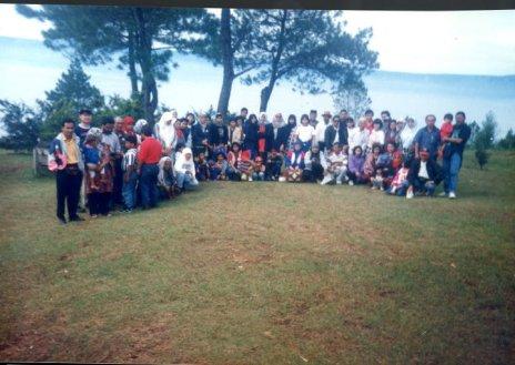 bergambar-beramai-dengan-para-peserta-rombangan-ke-medan-di-tepi-danau-toba